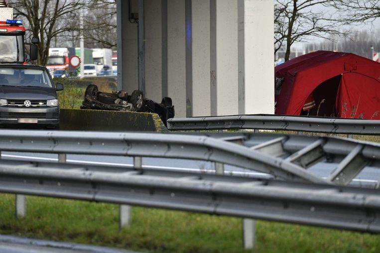 Het ongeval werd pas bij daglicht opgemerkt omdat de wagen in de berm onder een brug terecht kwam.