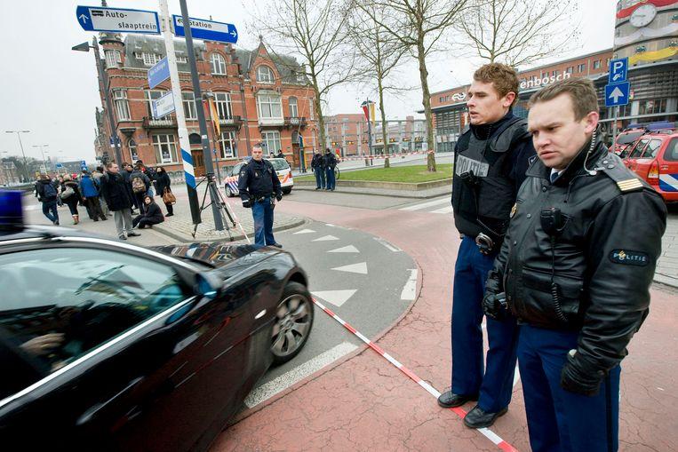Politiemannen houden het verkeer tegen voor het station van 's-Hertogenbosch in Nederland nadat een man dreigde een trein op te blazen tijdens de avondspits. Later op de avond werd het station opnieuw ontruimd omdat een man met een geweer aan het zwaaien was.