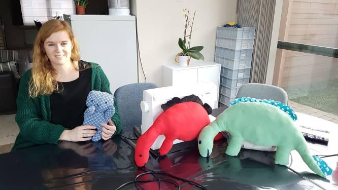 """Dorien verwerkt kledij van overleden dierbaren tot troostknuffels om kinderen te helpen bij rouwproces: """"Ook voor mij werkt het enorm therapeutisch"""""""