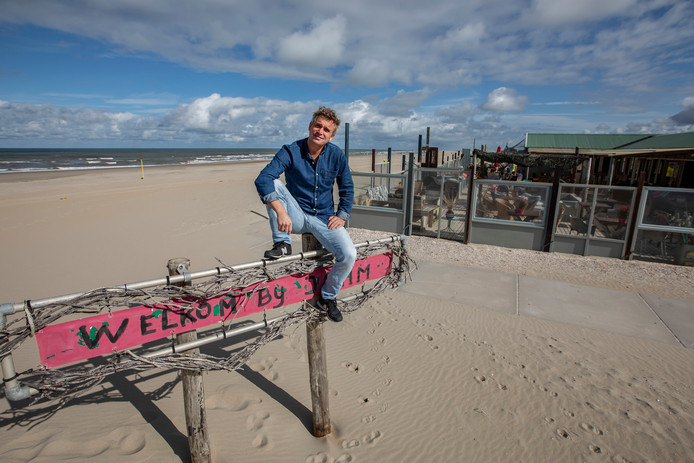 Dylan Otto voor strandpaviljoen Jamm Beach, dat hij na veertien jaar van de hand heeft gedaan. ,,Tijd voor iets nieuws.''