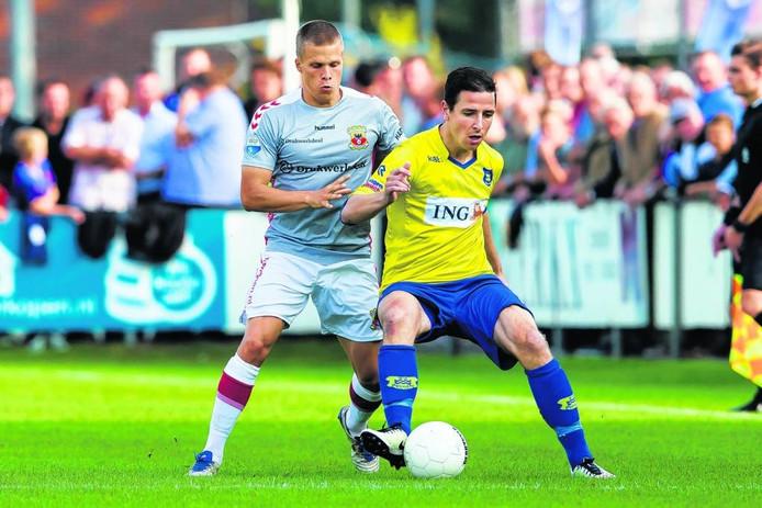 Dongenaar Remon Koenen probeert Henrik Ojamaa van Go Ahead Eagles van zich af te houden. foto erik pasman/pro shots