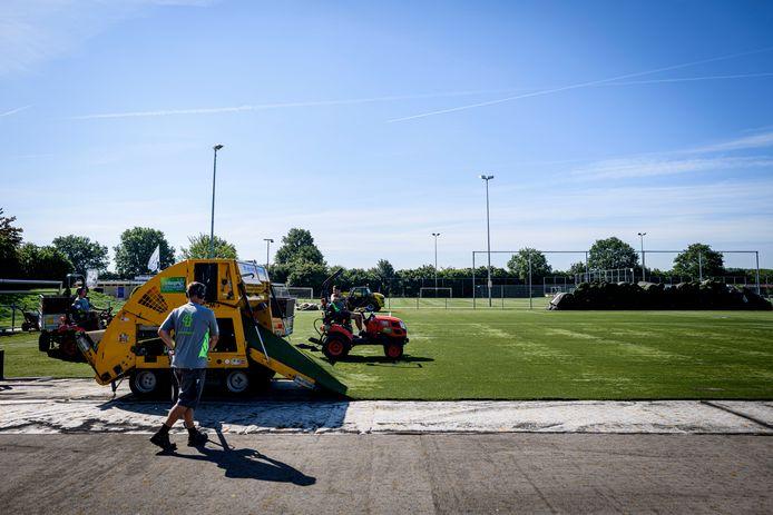 Bij Deto en bij Vroomshoopse Boys/Sportlust (hier op de foto) worden de kunstgrasvelden momenteel vervangen. De clubs hadden daar haast mee.