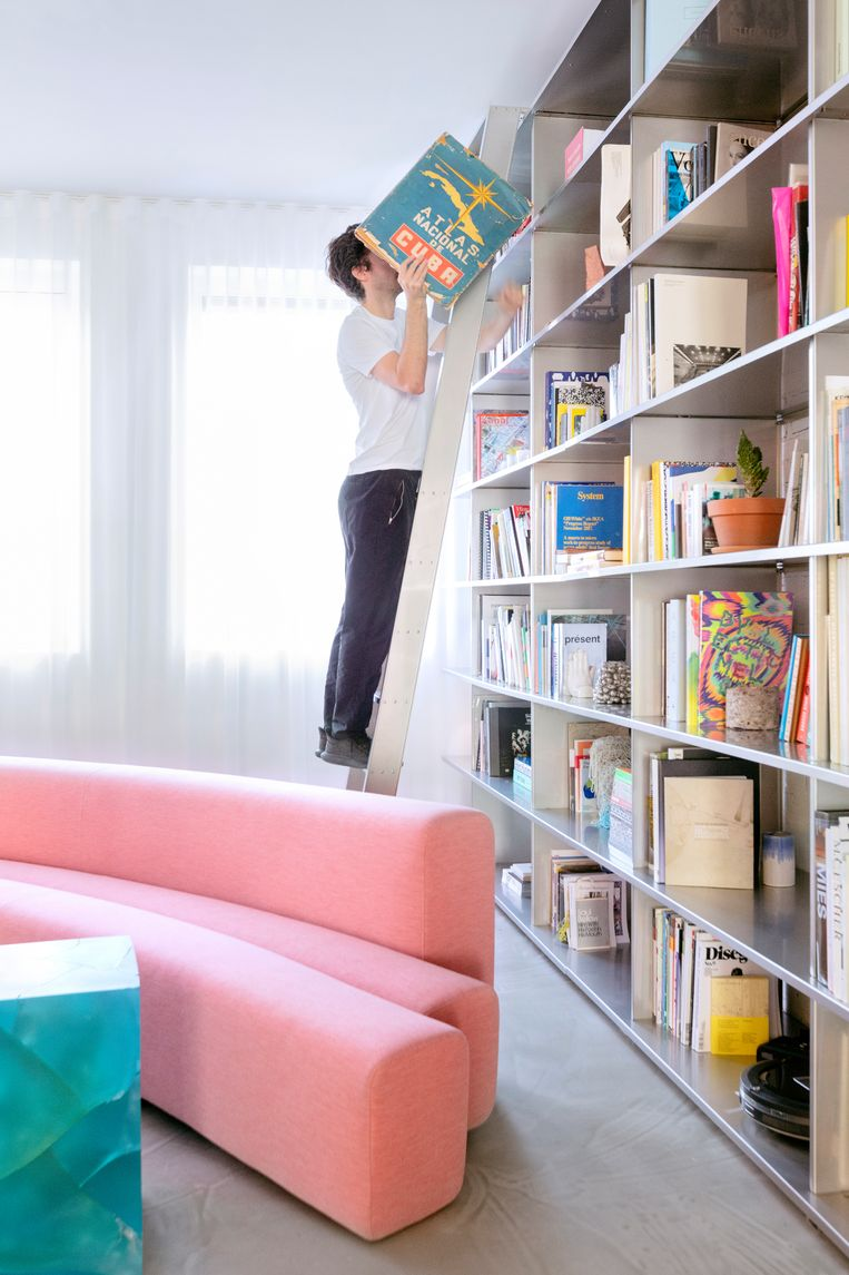 'We hebben eigenlijk heel veel boeken, maar sinds we deze gigantische kast hebben, lijkt het alsof onze collectie niks voorstelt. De kast is 6 meter hoog en 3 meter breed, en volledig gemaakt van roestvrij staal, bedacht door de Rotterdamse ontwerper Phil Procter.' Beeld Marleen Sleeuwits