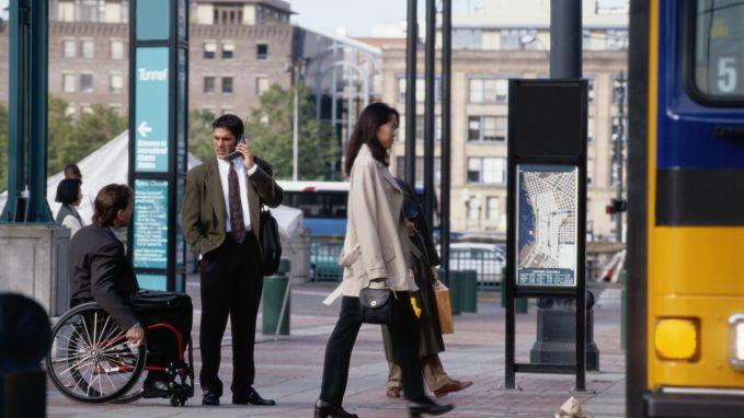 """""""Stop met oudere mensen je zitplaats aan te bieden op de tram of bus"""""""