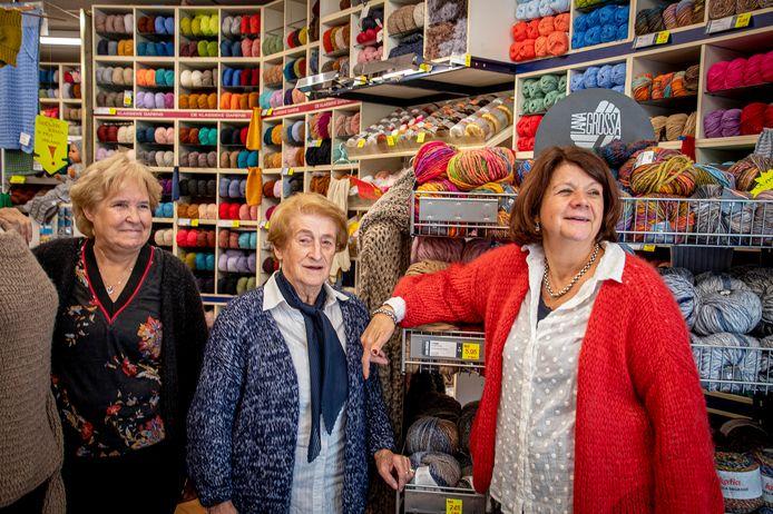 Marion (uiterst rechts) met haar moeder Ria van Kerkoerle (midden) en Henny Verwijst. Marion stopt eind dit jaar, Henny is al jaren werkzaam in Pingouin.