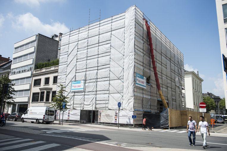 Het oude Antwerpse vredegerecht is helemaal ingepakt voor de renovatie.