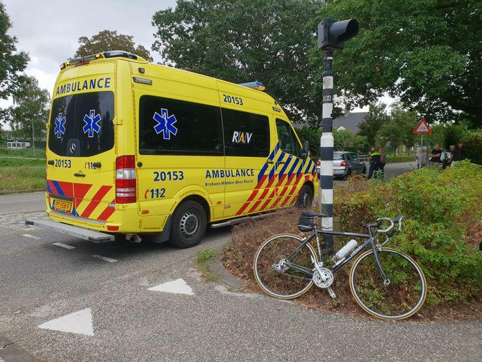 De wielrenner werd geschept door een auto en moest naar het ziekenhuis.