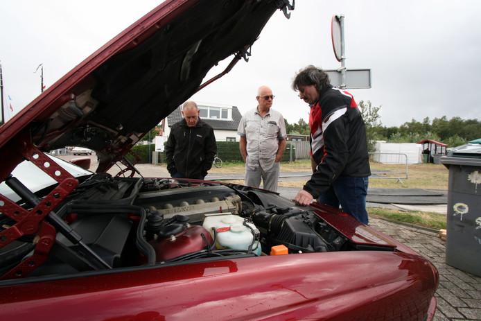 Een grommende 12 cilinder van een BMW 850i.