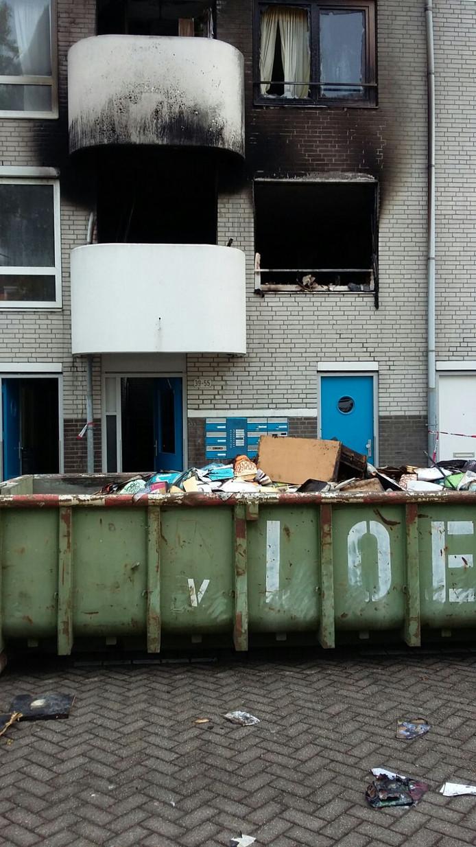 De woning aan de Barbusselaan in Amsterdam-Zuidoost  waar de brand woedde.
