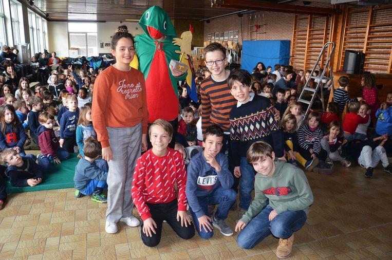 De bemiddelaars van de school met mascotte Isa tijdens de aftrap van het antipest-project in de VBS Welle.