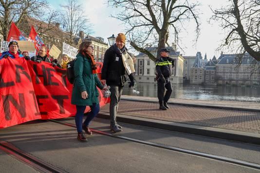 De protestmars voert langs het Binnenhof.