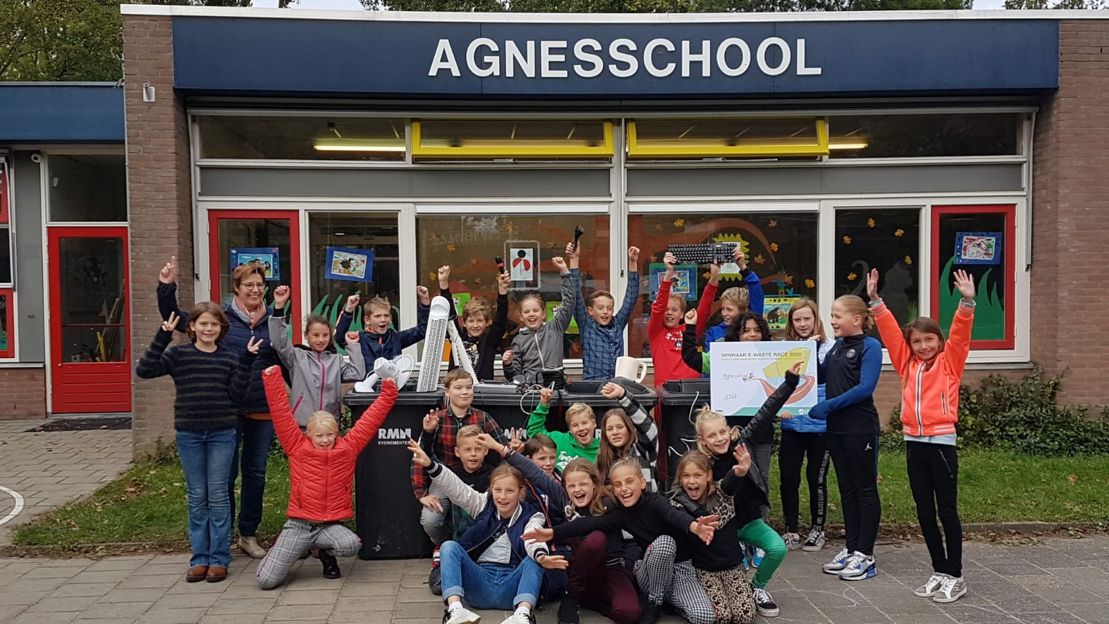 De leerlingen van de Agnesschool in IJsselstein vieren de eerste plaats in de E-waste Race.
