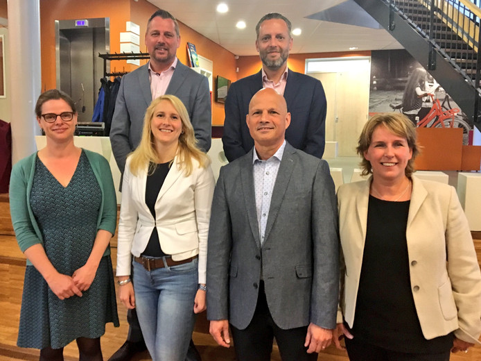 Bovenste rij: Jos van Bree, Erik de Vries. Onderste rij: Cathalijne Dortmans ,Gaby van den Waardenburg, Harrie van Dijk, Antoinette Maas.