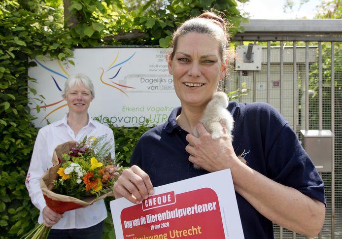 Marina Kompier (38) ontving de landelijke prijs voor Dierenhulpverlener van het jaar.