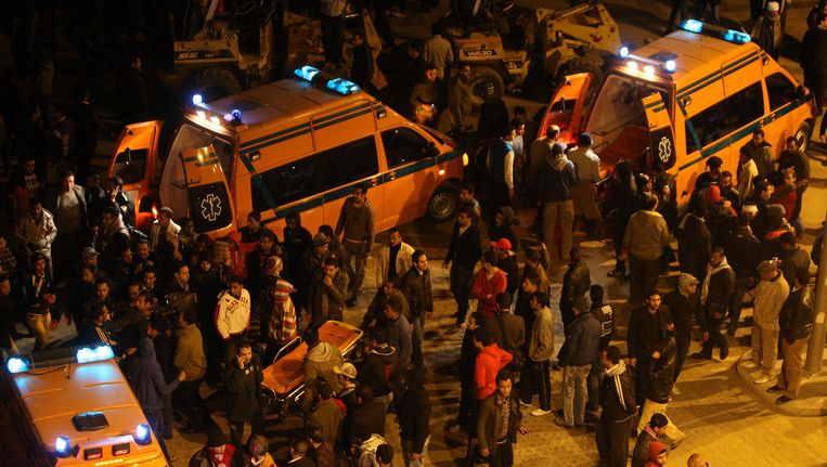 Ambulances voeren slachtoffers van de rellen in Port Said af. Beeld AFP