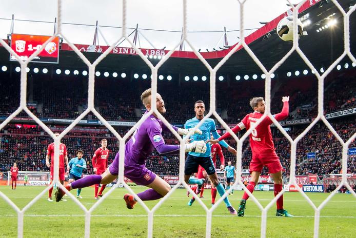 Richairo Zivkovic maakt de 1-1 voor FC Utrecht. Hij straft een fout af van Stefan Thesker. Foto: ANP Pro Shots
