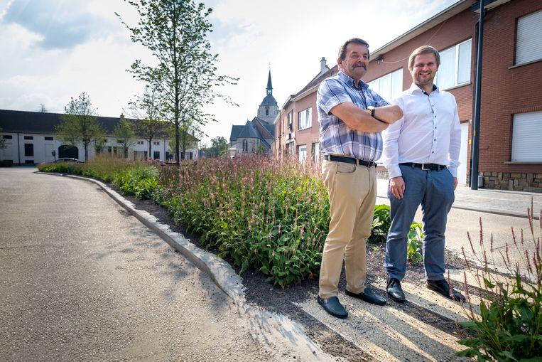Schepenen Uytterhoeven en Vanmarcke  in het centrum van Rijmenam.