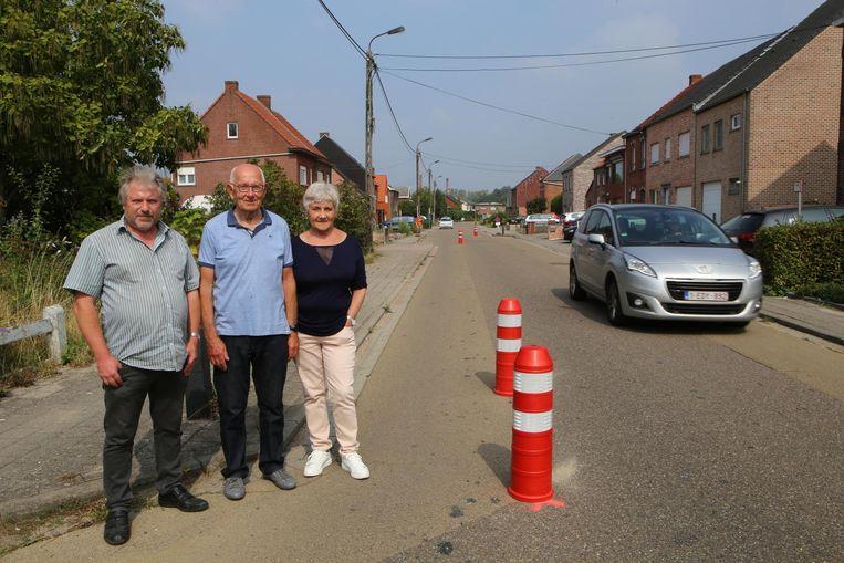 Enkele buurtbewoners bij de wegversmalling, die volgens hen meer problemen veroorzaakt dan ze oplost.