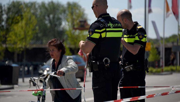 Politieagenten voor de vestiging van supermarktketen Jumbo bij de Euroborg in de stad Groningen. Beeld anp