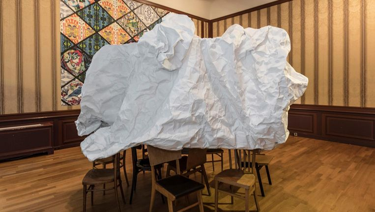 Reuzenprop van Gerard Koek, op de achtergrond veelkleurig behang van Christie van der Haak. Beeld J.W. Kaldenbach