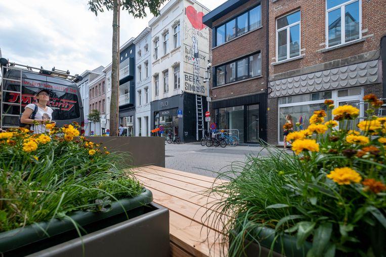 Street art en nieuwe zitbanken in de autoluwe Onze-Lieve-Vrouwestraat te Mechelen