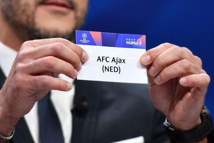 Ajax wordt tijdens de loting in 2019 uit de koker gehaald.