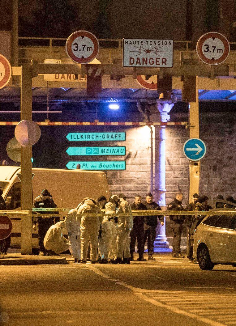 Politieonderzoek donderdagavond bij de plek waar de terrorist werd doodgeschoten. Beeld AP