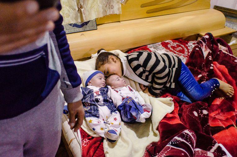 Yousef en Aya Sheikh hadden al vier dochters, maar wilden nog een zoon.  Vier maanden geleden werden de tweelingen Fatima en Mohammed geboren.   Beeld Daniela Sala