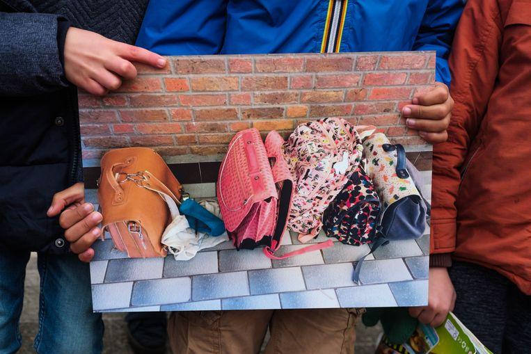 Op de winnende foto van het eerste leerjaar A. Rodenbachschool is in scène gezet hoe één leerling geen boekentasje heeft om zijn of haar spullen in op te bergen.