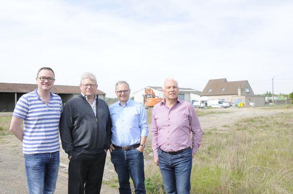 Schepen Vandevelde, Jos Artois, burgemeester Wijnants en schepen Mertens aan de site waar het recyclagepark komt te liggen.