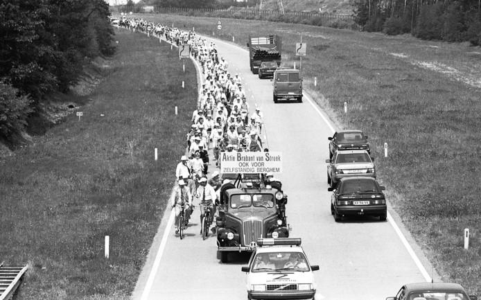 Berghemnaren trokken in 1990 massaal op naar het provinciehuis om te protesteren tegen samenvoeging met Oss. Bij de oprit naar de A50 probeerde de politie de karavaan tevergeefs tegen te houden. Het mocht de Berghemse zaak niet baten. Foto Ruud Rogier