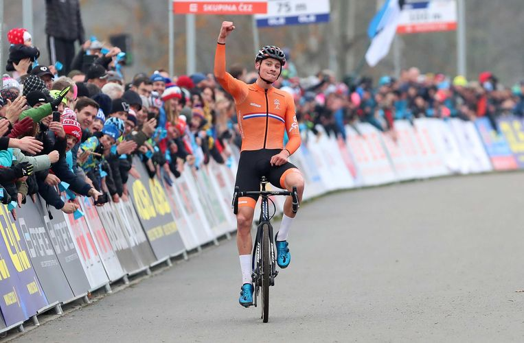 Daar waar anderen van de fiets moesten, ging Mathieu van der Poel met gemak over de hindernissen. Beeld ANP