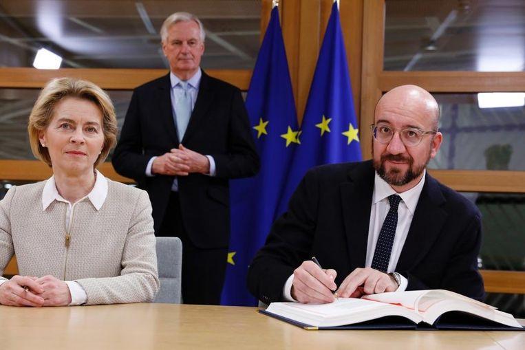 Ursula von der Leyen en Charles Michel tekenen het akkoord met het Verenigd Koninkrijk.