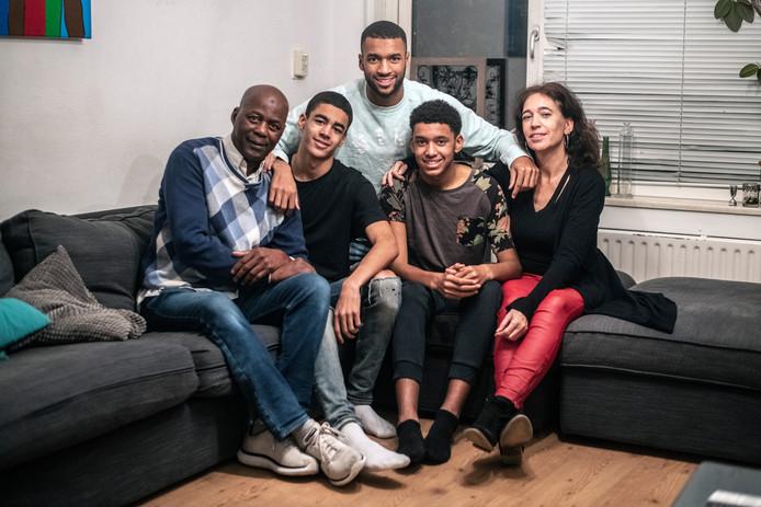 Sylla Sow (midden) uit Neerbosch-Oost met zijn vader, moeder en broertjes Sam en Ifra.