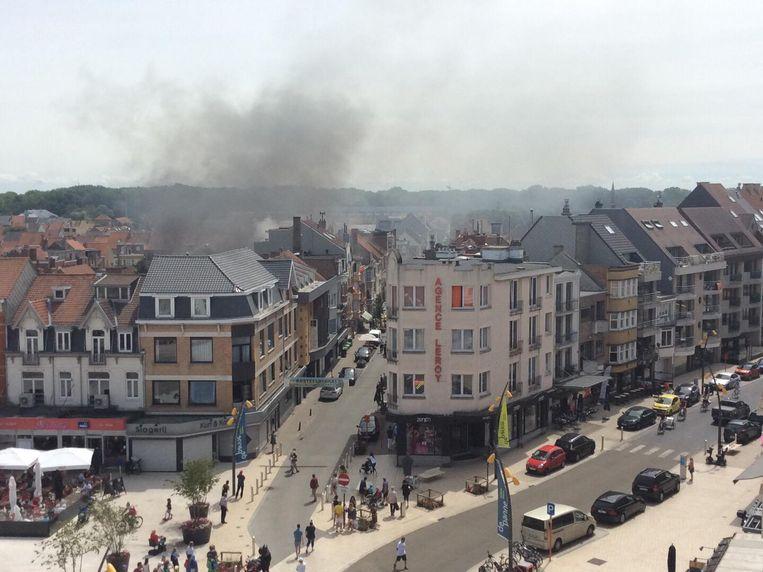 Een dikke rookwolk komt uit het gebouw in de Kasteelstraat.