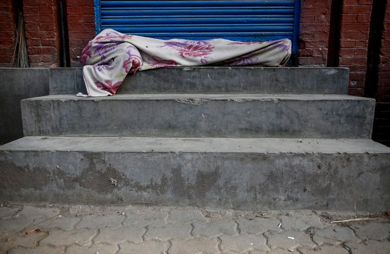 Slapende straatkinderen in de Nepalese hoofdstad Kathmanda. De Canadees Peter Dalglish zette zich decennialang in voor dit soort kinderen, maar is nu veroordeeld voor kindermisbruik. Beeld EPA