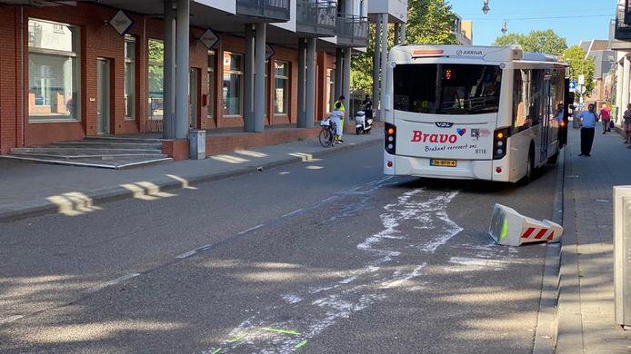 Lijnbus 6 richting Empel strandde vorige week woensdag op de Van Berckelstraat in Den Bosch na een aanrijding met de wegversmalling.
