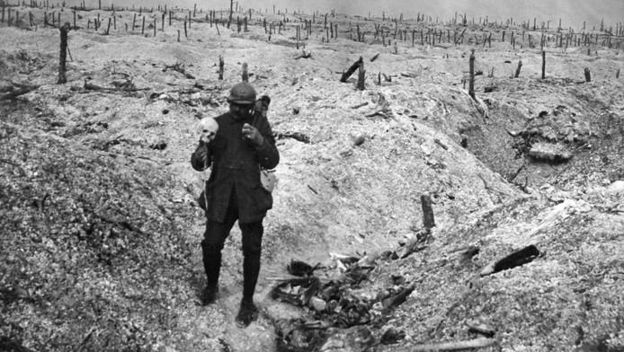 Soldat français tenant un crâne humain sur un champ de bataille (photo non datée).