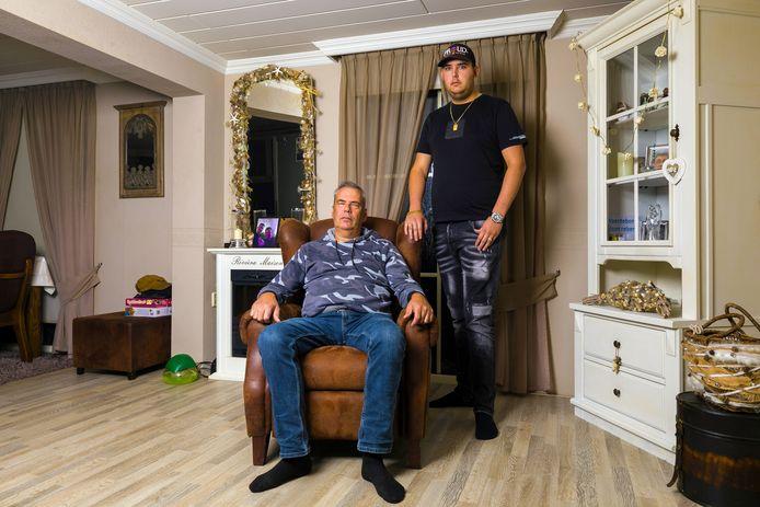 Alex van der Velden en zijn zoon Louis. Ze zijn allebei verknocht aan de woonwagen.