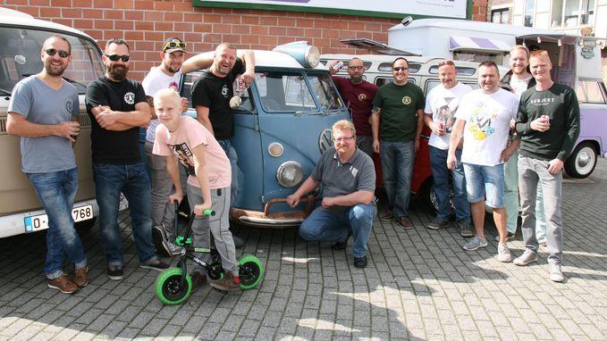 Tientallen fans historische VW-busjes tonen hun pronkstukken