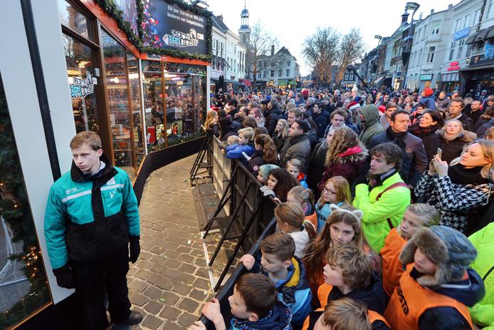 20161220 - Breda - Foto: Ramon Mangold/ Pix4Profs - 3FM, Serious Request 2016, Glazen Huis - De beveiliging van Serious Request en de omgeving wordt verzorgd door een mix van Toezichthouders, Crowd Support, Beveiligers en de Politie. Security en drukte bij het Glazen Huis.