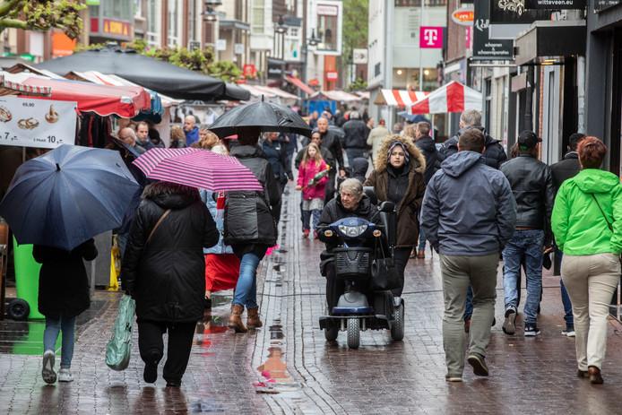 Drukte tijdens de Slingermarkt in het centrum van Helmond, afgelopen Koningsdag.