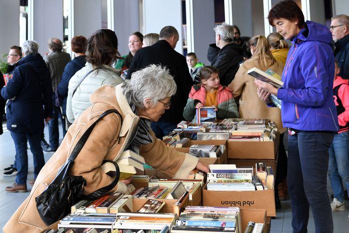 Drie weken geleden hield de bibliotheek in Nieuwe Nobelaer nog een boekenmarkt, waar mensen afgeschreven bibliotheekboeken konden kopen. Wat toen niet verkocht werd, wordt nu gebruikt om gratis verrassingspakketten met boeken uit te kunnen reiken. Zo kunnen mensen ook zonder bibliotheek blijven lezen.