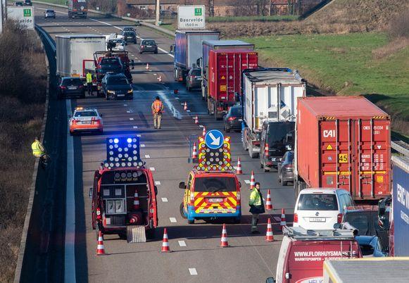 Ongeval E17 Kalken met vrachtwagen entwee personenwagens. File vanaf Lokeren.
