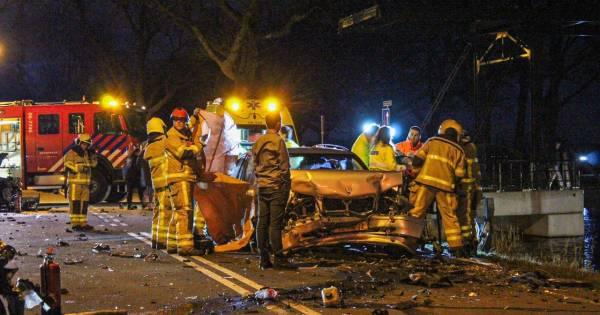 Zwaar ongeluk met meerdere voertuigen bij Loenen zorgt voor enorme ravage.