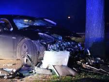 Peperdure Porsche klapt tegen boom in Den Ham: bestuurder terecht