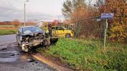 Auto's belanden tegen omheining na botsing op kruispunt