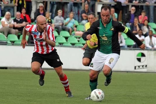 Ricky van den Bergh (r) in 2014 in het shirt van DHC tijdens een oefenwedstrijd tegen zijn oude club Sparta.