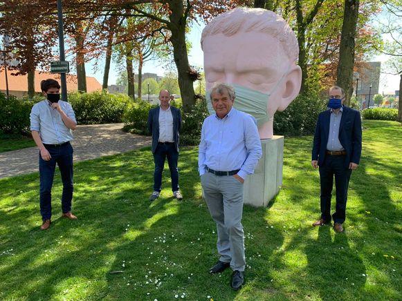 Vier van de zes burgemeesters bij de lancering van de aankoop van de mondmaskers.