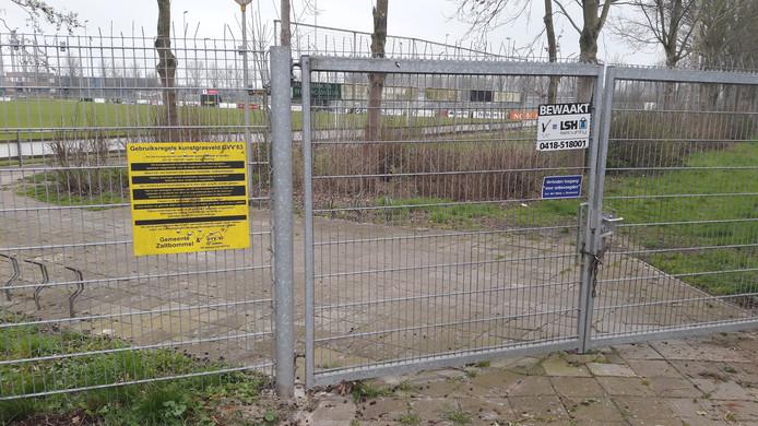 Dit hek tussen de bebouwde kom van Gameren en het terrein van GVV'63 houdt jongeren niet tegen om op het terrein te gaan voetballen.